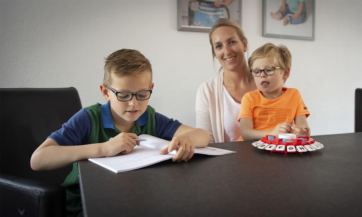 moeder met zoontjes aan tafel