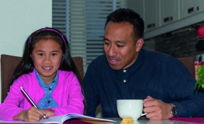 vader helpt dochter met het maken van oefenopdrachten
