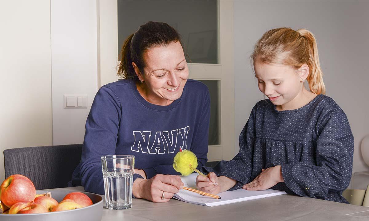moeder-helpt-dochter-met-schoolwerk