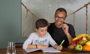 vader helpt zoon met schoolwerk
