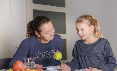 moeder en dochter maken schoolopdrachten