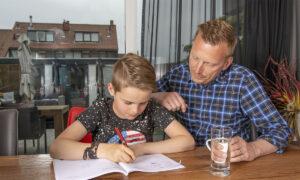 vader en zoon werken aan opdrachten